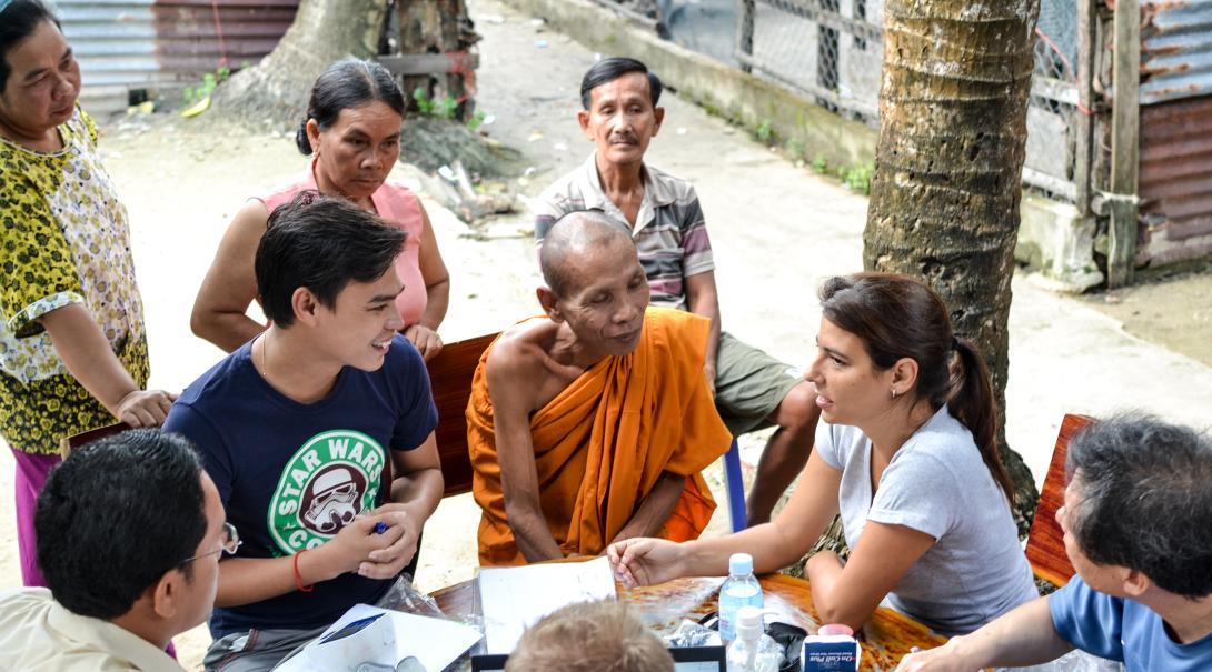 Voluntaria de Salud Pública hablando con camboyanos.